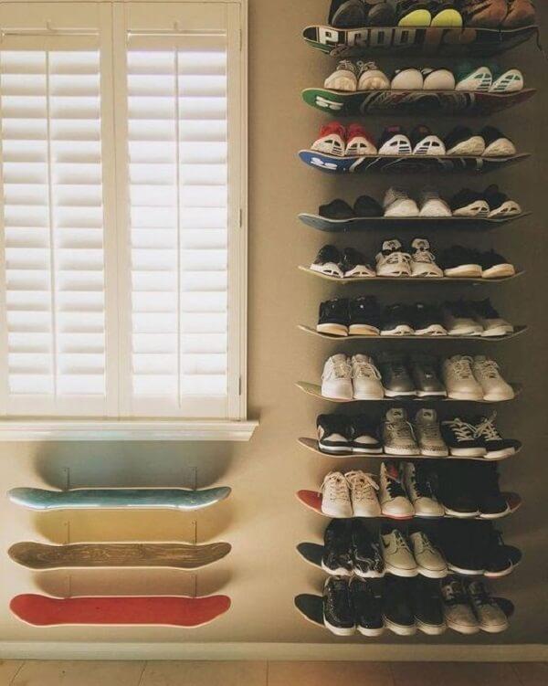 As pranchas de skate fixadas na parede podem formar uma linda sapateira no dormitório