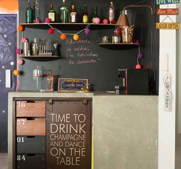 As prateleiras podem ajudar na organização do home bar