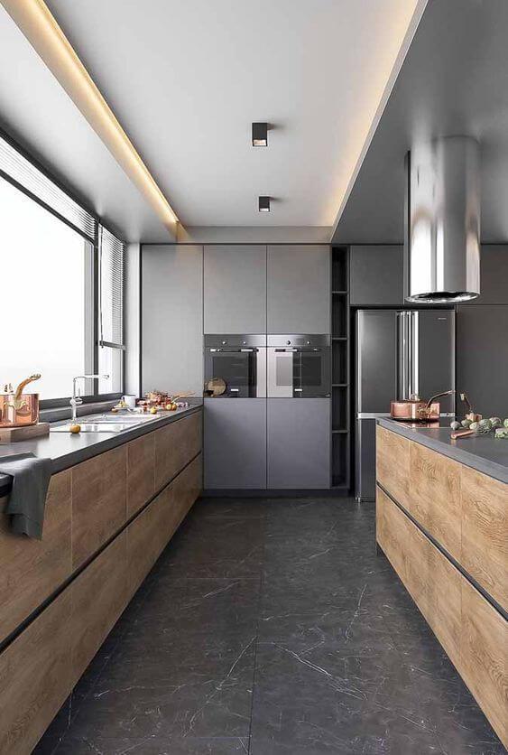 As ranhuras do porcelanato cinza se destacam nessa cozinha com estilo industrial. Fonte: Revista VD