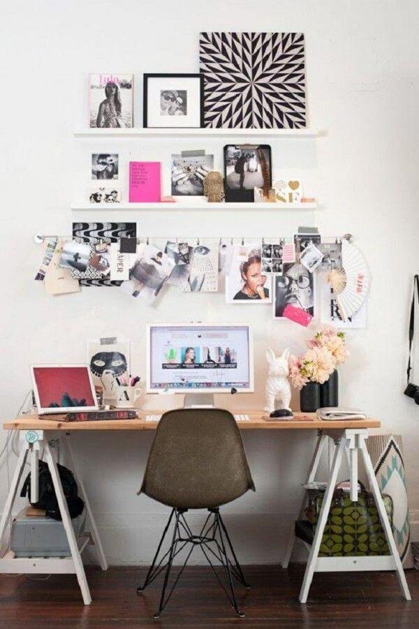 Bancada simples com quadros para escritório