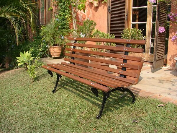 Banco de madeira jardim com grama