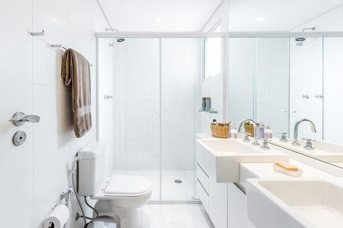 Banheiro clean com box para banheiro de vidro. Fonte: BY Arq&Design