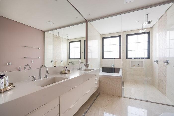 Banheiro com box de vidro e ducha cromada. Fonte: Spaço Interior
