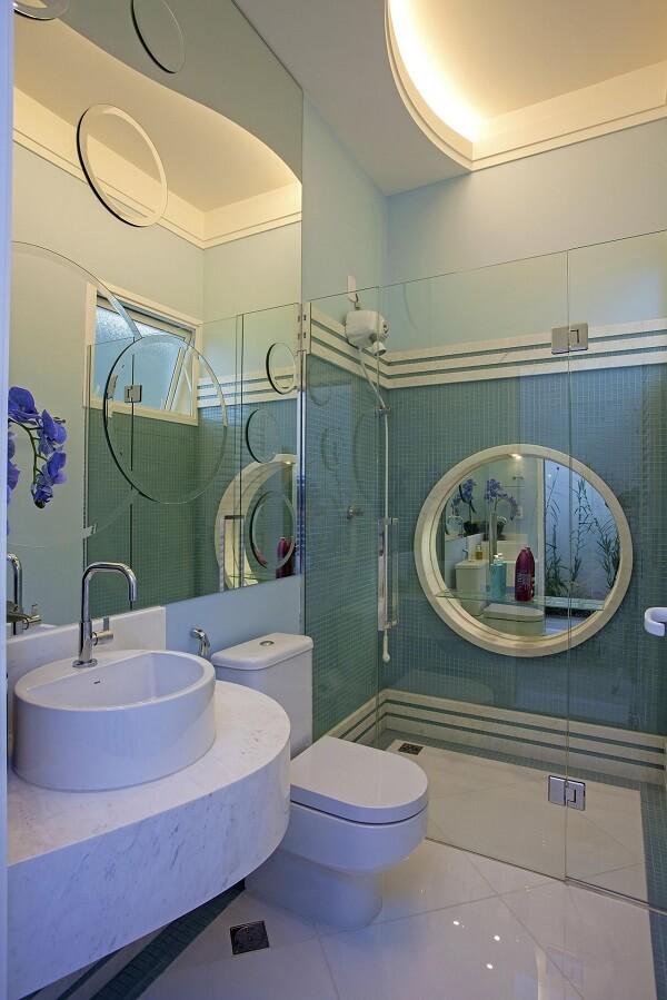Banheiro com cuba de mármore e box transparente. Fonte: Aquiles Nicolas Kílaris
