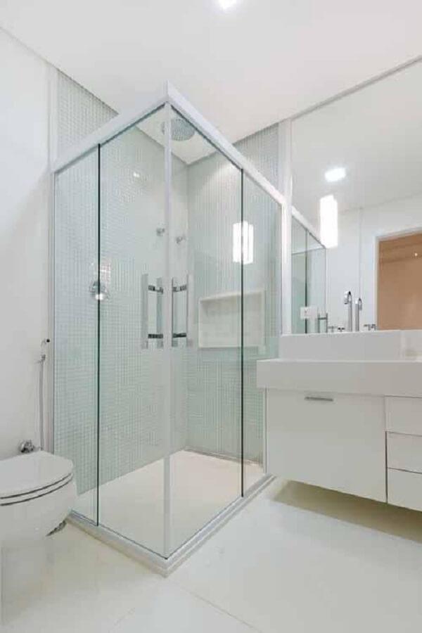 Banheiro pequeno com box de vidro. Fonte: Camila Tann