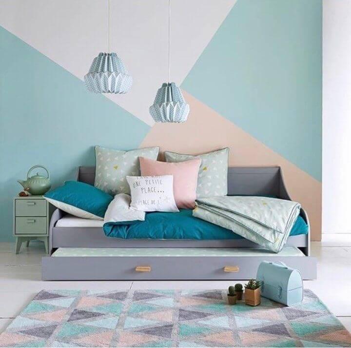 Bicama infantil e parede com pintura geométrica decoram o dormitório