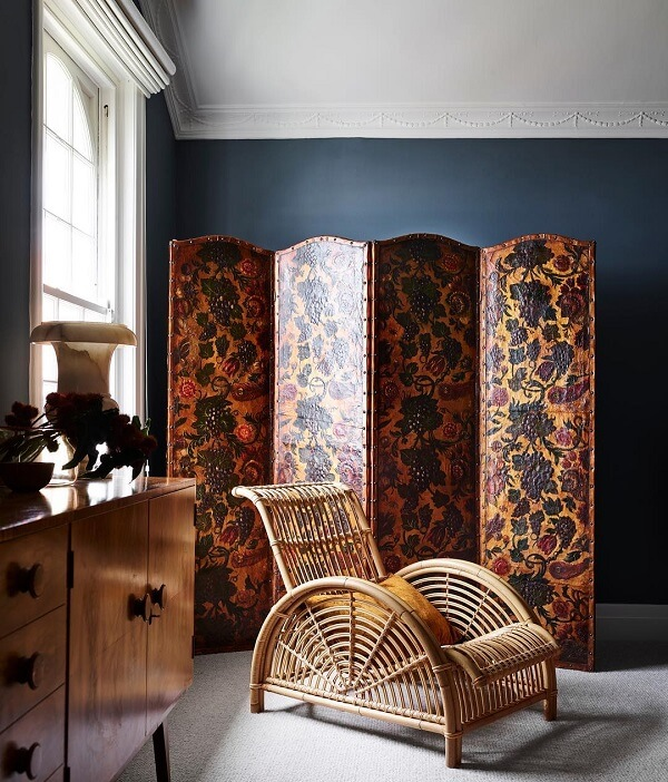 Biombo de madeira com acabamento floral