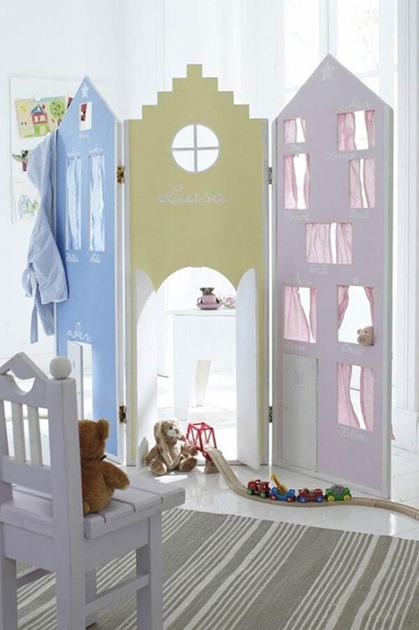 Biombo de madeira com design infantil e colorido
