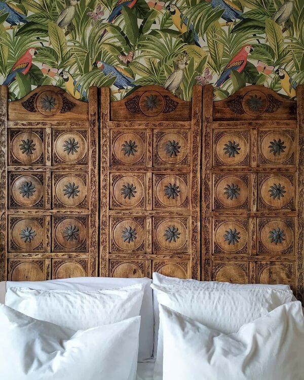 Biombo de madeira usado como cabeceira de cama