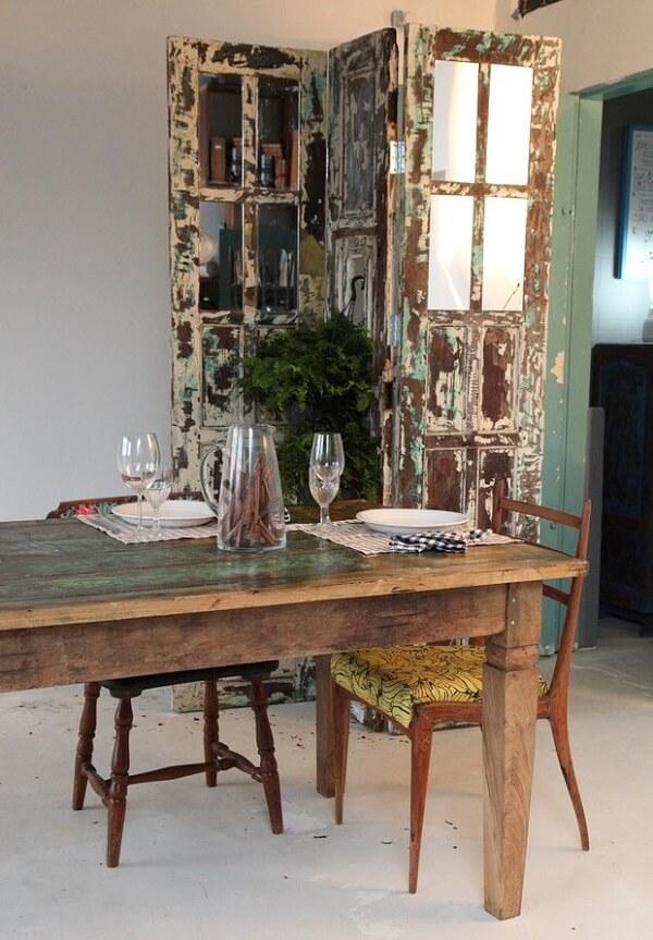 Biombo feita com portas antigas é puro charme