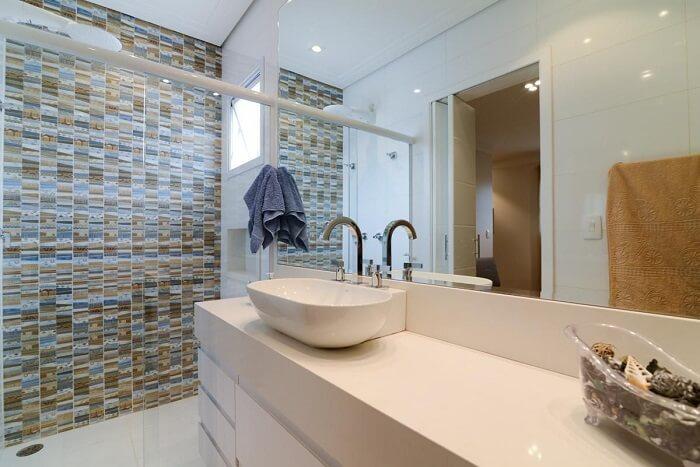 Box de vidro e cuba branca. Fonte: LAM Arquitetura & Interiores