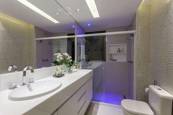 Box para banheiro com iluminação azul. Fonte: Vanja Maia