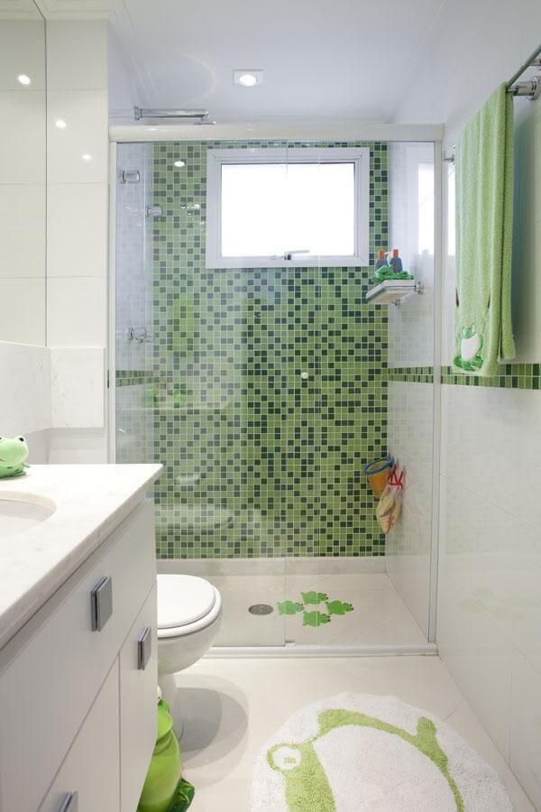 Box para banheiro de vidro com parede revestida em pastilhas verdes. Fonte: Deborah Basso