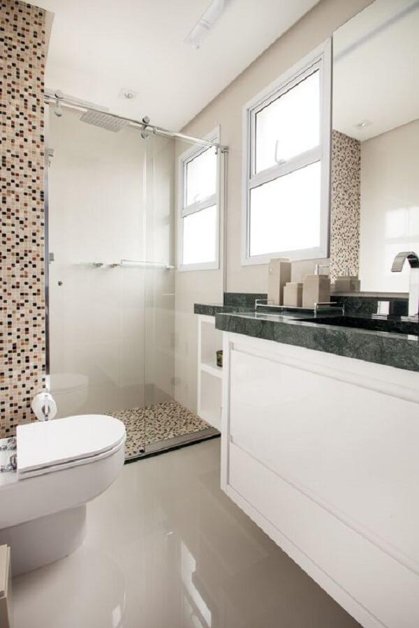 Box para banheiro revestido com pastilhas de vidro. Fonte: Carolina Vilela