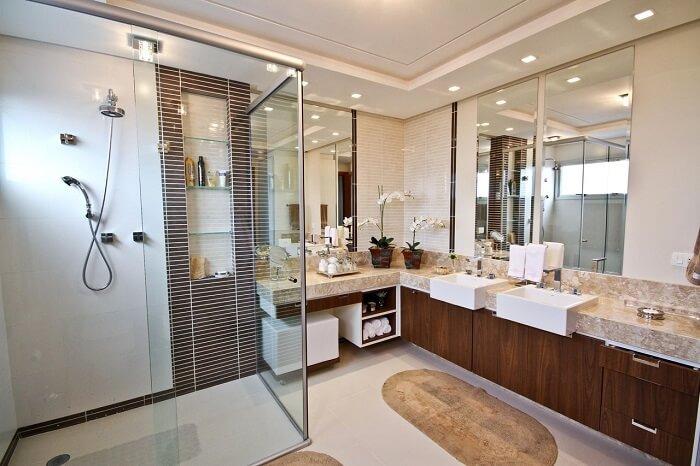 Box para banheiro transparente e cuba branca se destacam na decoração. Fonte: Elizabeth Martins