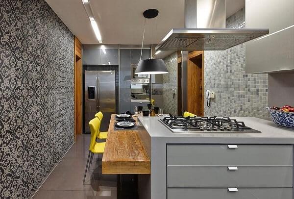 Cadeira para bancada de cozinha amarela traz um ponto de cor no ambiente