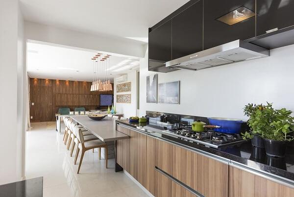 Cadeira para bancada de cozinha em tom neutro se adapta facilmente a decoração do espaço