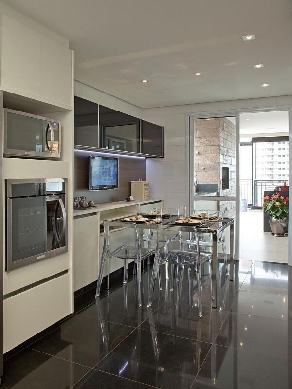 Cadeiras para cozinha acrílicas dão a sensação de ocupar menos espaço no ambiente