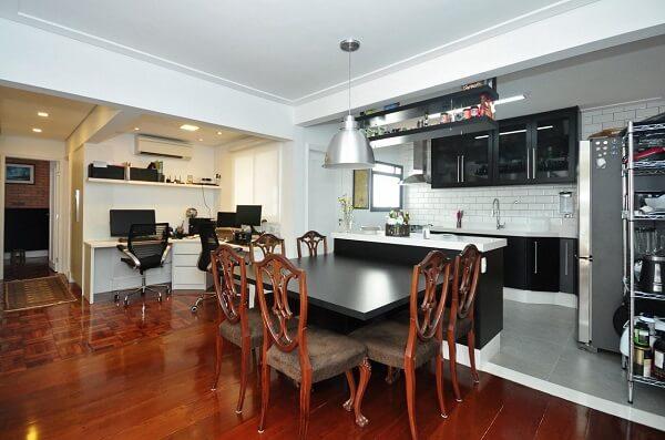 Cadeiras para cozinha americana com acabamento em madeira e estofada