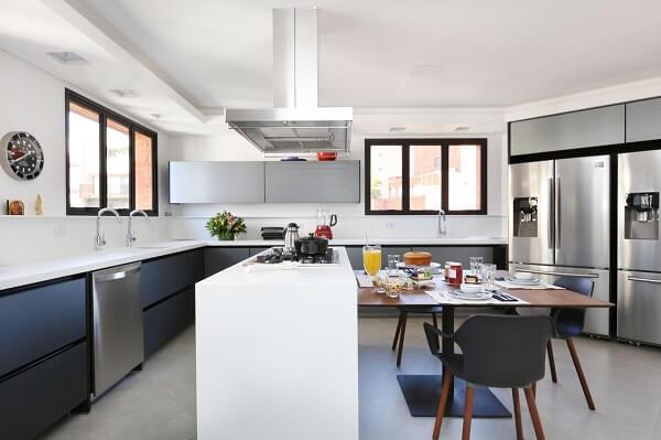 Cadeiras para cozinha americana e armários cinza decoram o ambiente