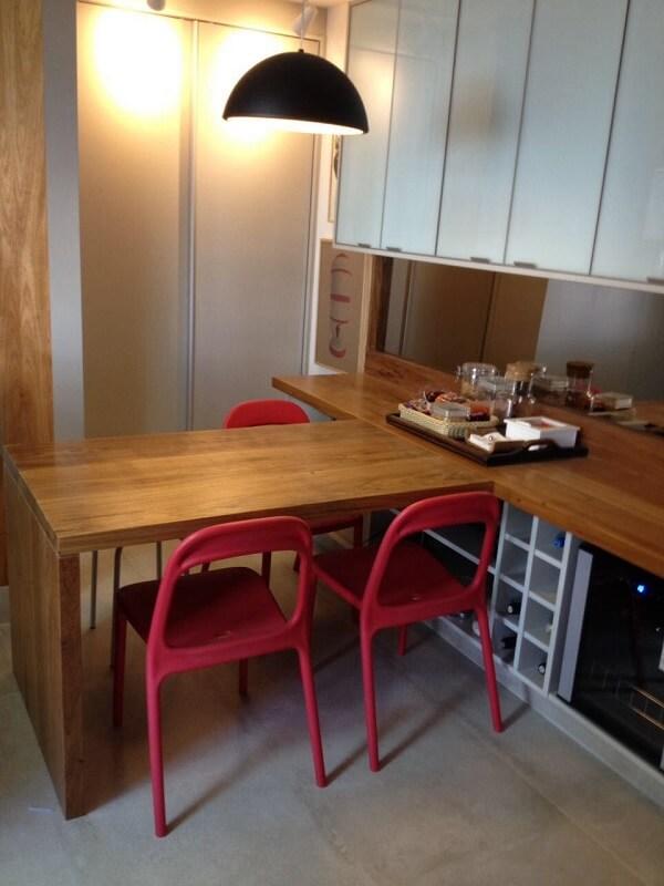 Cadeiras para cozinha vermelhas e móveis planejados de madeira