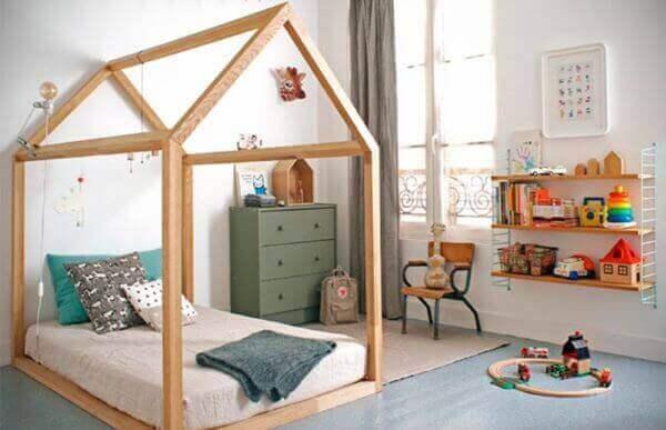 Cama casinha com decoração verde e azul