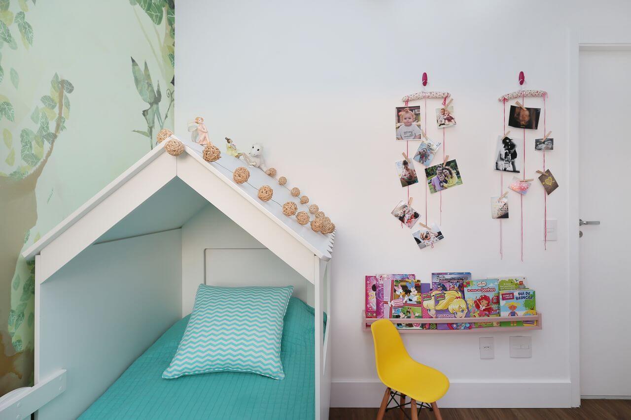 Cama infantil casinha e papel de parede floresta para a decoração do quarto