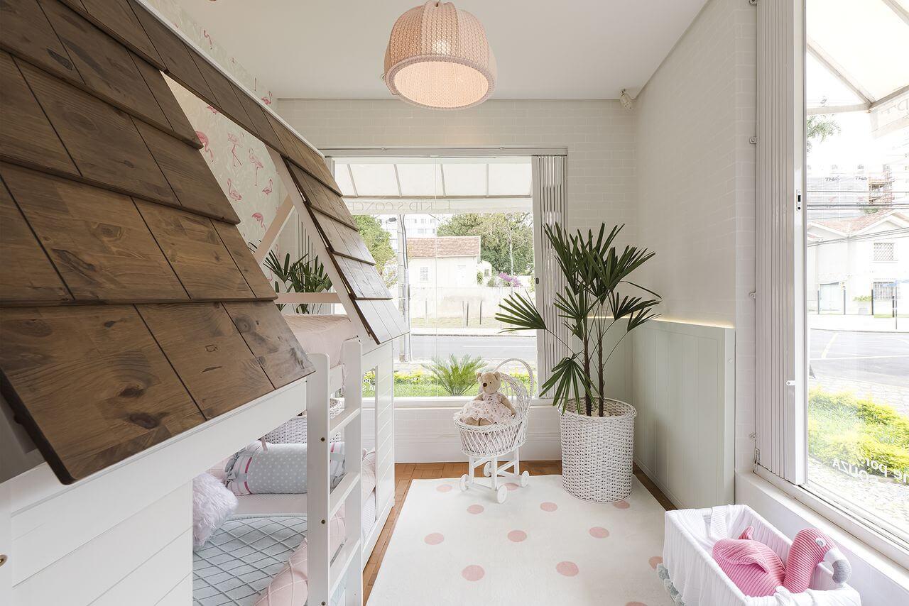 Cama infantil casinha e tapete com bolinhas rosas decoram o quarto