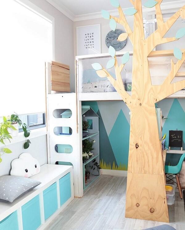 Cama infantil com design de árvore