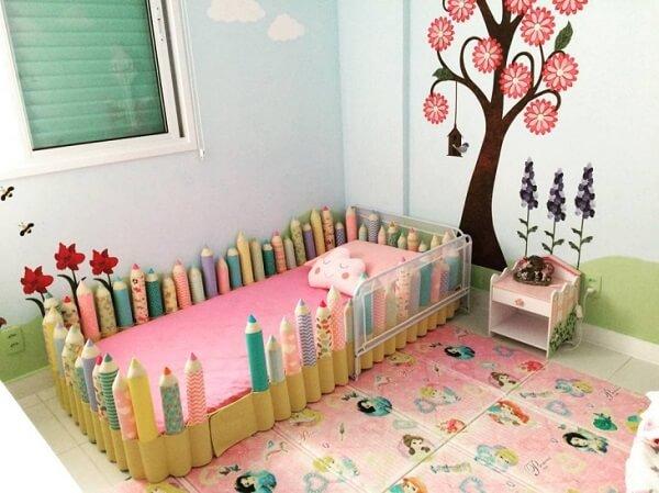 Cama infantil criativa com grades feitas em formato de lápis