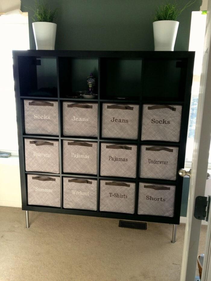 Caso você queira guardar os pertences que seu filho não levou na mudança, procure usar caixas organizadoras