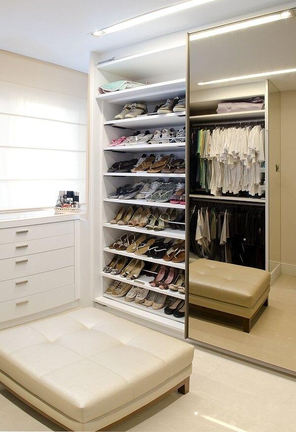 Closet com sapateira de portas espelhadas