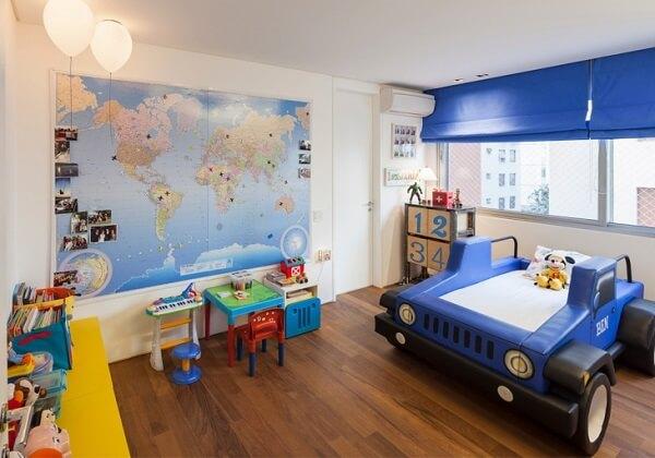 Cama infantil para quarto de meninos em formato de jipe
