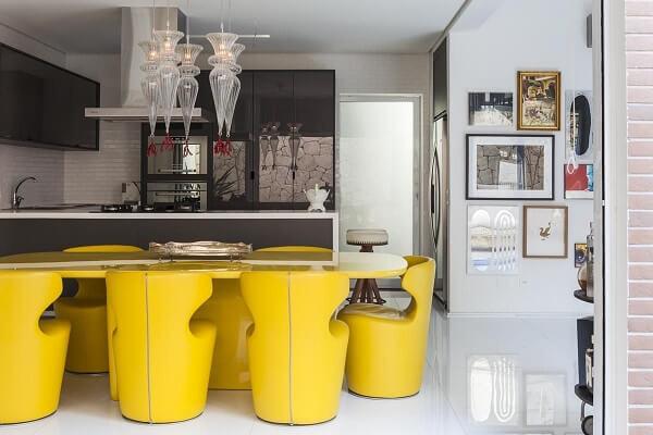 Conjunto de cadeiras amarelas modernas para cozinha chamam a atenção
