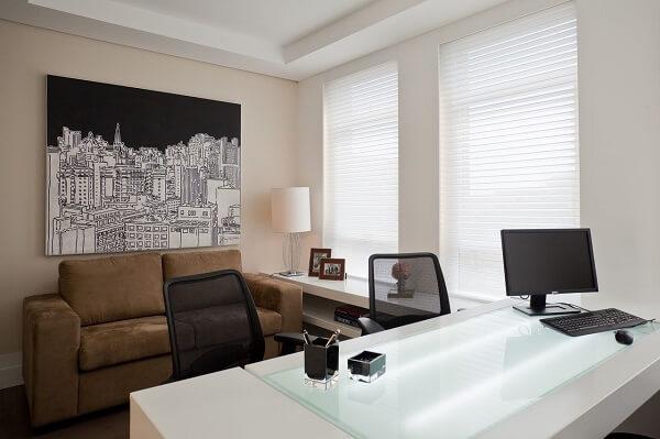 Consultório decorado com quadro abstrato