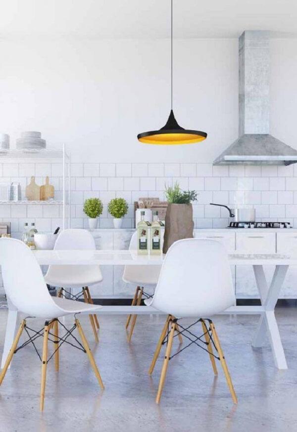 Cozinha modulada branca e discreta. Fonte: Pinterest