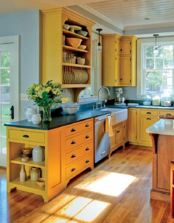 Cozinha modulada moderna com acabamento em amarelo. Fonte: Pinterest