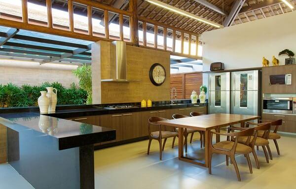 Cozinha rústica com mesa e cadeiras de madeira