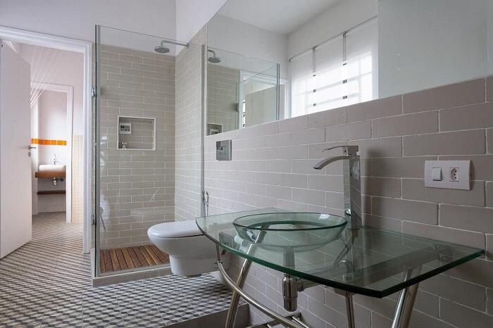 Decoração clean com box para banheiro transparente. Fonte: Matteo Gavazzi