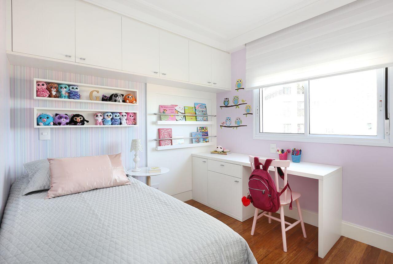 Decoração clean com papel de parede listrado e escrivaninha de madeira