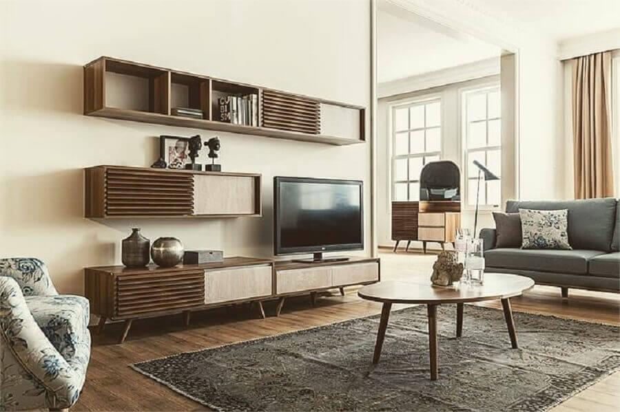 Decore a sala com rack retrô de madeira