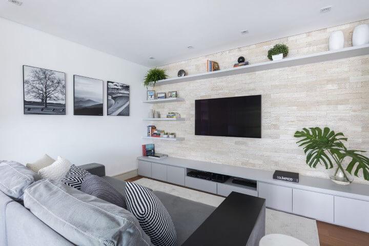 Decore a sala de estar com rack em tom cinza
