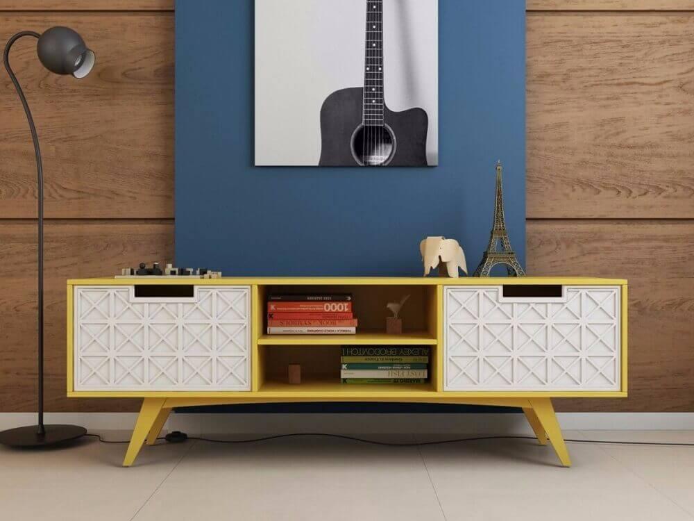 Decore o espaço com rack retrô amarelo e luminária preta
