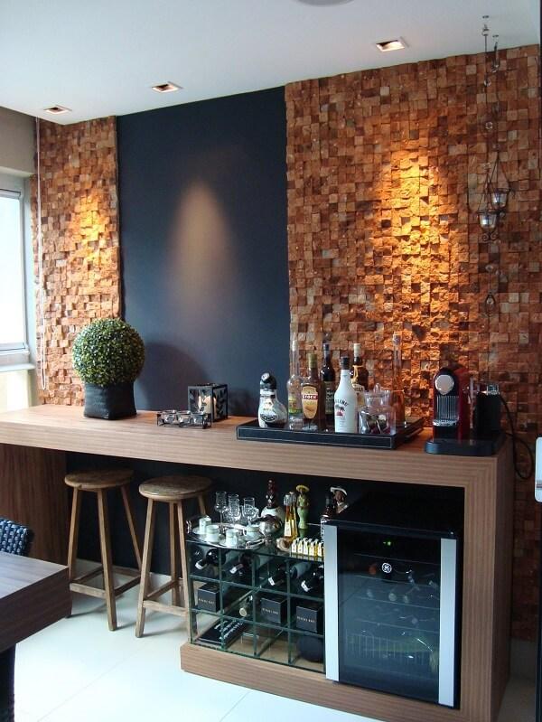 Decore seu home bar com banquetas de madeira e adega planejada em vidro