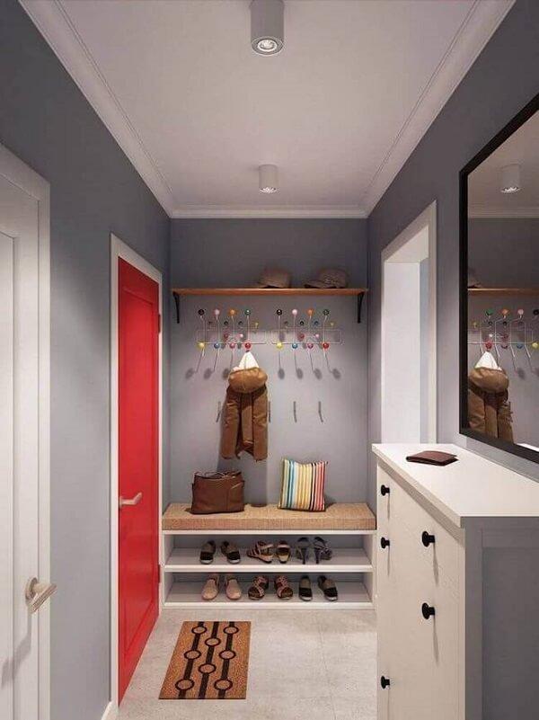 Estruture uma sapateira logo no hall de entrada