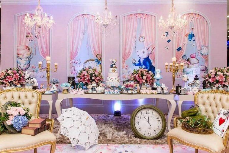 7. Linda decoração de festa quinze anos Alice no País das Maravilhas toda em rosa com lustre candelabro - Foto: Bete Sichieri
