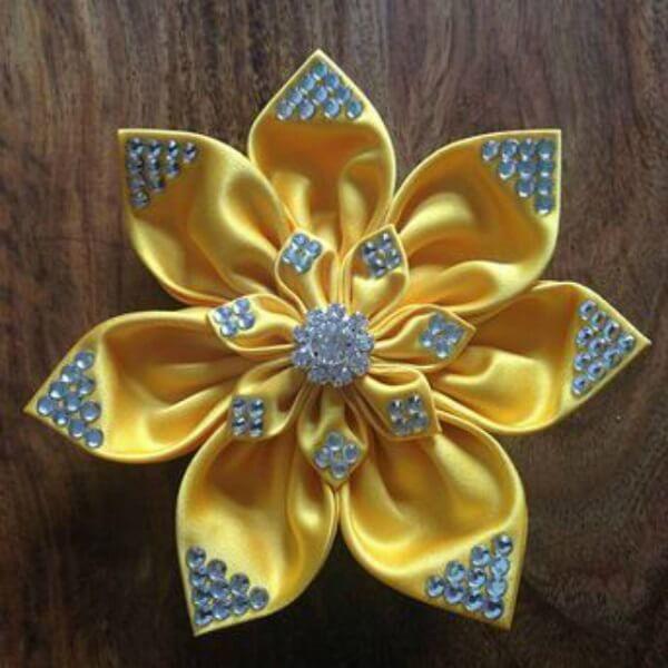 Flor de cetim amarelo predarias