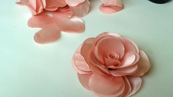 Flor de cetim camélia