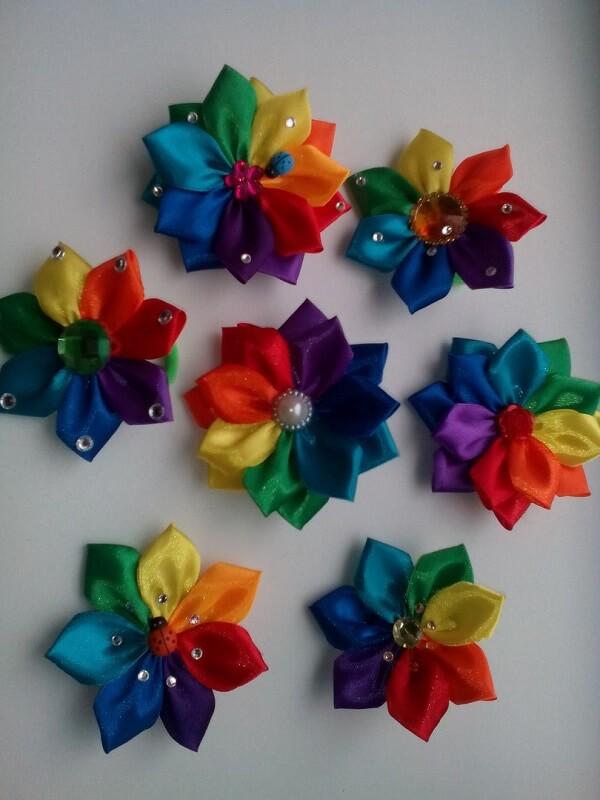 Flor de cetim colorida