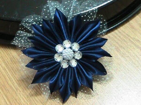 Flor de cetim dobrada azul